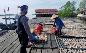 Perajin Ikan Kering di Desa Sungai Undang Disambangi Polisi