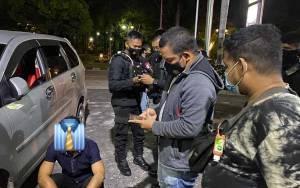 Polisi Dapati Sepasang Pria Bermesraan di Kawasan Stadion Sanaman Mantikei