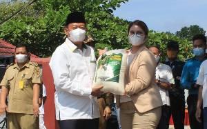 Keluarga Besar H Abdul Rasyid AS dan Hj Nuriyah Kembali Distribusikam 500 Ton Beras Zakat ke 9 Kabupaten/Kota di Kalteng