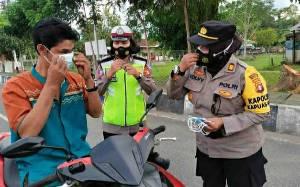 Sambut Hari Kartini, Polwan Polres Kapuas Edukasi Prokes dan Bagikan Masker