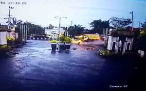 Truk Dump Alami Kecelakaan Tunggal Hingga Menabrak Bagian Depan Hotel Werra