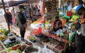 Polisi Pantau Aktivitas Pasar di Kuala Pembuang dan Pembuang Hulu