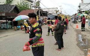 Barisan Pemadam Kebakaran Samuja Ampah Bagikan Takjil ke Pengguna Jalan