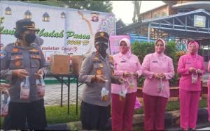 Polda Kalteng Bagi Takjil ke Masyarakat di Hari Kartini