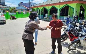 Polwan Polresta Palangka Raya Bagikan Masker di Kawasan Masjid