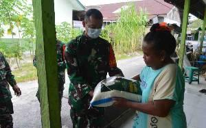 Wujud Kepedulian, Dandim Pangkalan Bun Door to Door Salurkan Bantuan Beras