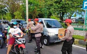 SPN Polda Kalteng Bagikan Ratusan Paket Takjil