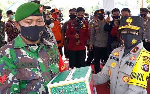 Wakapolda Kalteng Beri Semangat Petugas Pos Penyekatan Arus Mudik di Kapuas