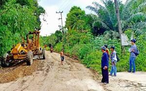 Dinas PUPR Barito Utara Perbaiki Jalan Menuju Desa Trinsing