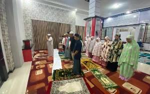 Aktivitas Bupati Kotim saat Ramadan, Jadi Imam Tarawih Bentuk Maksimalkan Waktu Bersama Keluarga