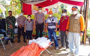BPBD Damkar Barito Timur Serahkan Perlengkapan Penunjang di Posko Penyekatan