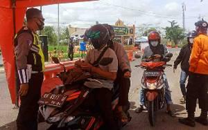 Hari Pertama Peniadaan Mudik, Mobilitas Pengendara di Pos Penyekatan Kalteng - Kalsel Menurun