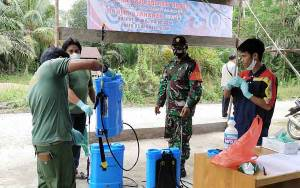 Babinsa Koramil 1013-01/Kandui Bersama Tim Satgas Covid-19 Lakukan Penyemprotan Disinfektan