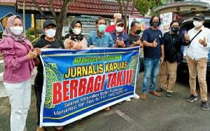 Jurnalis Kapuas Bagikan Takjil dan Masker kepada Pengendara