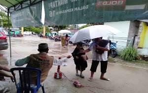 Meski Duguyur Hujan, Warga Muslim di Kasongan Tetap Antusias Salat Idul Fitridi Masjid
