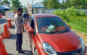 Arus Balik, Petugas Pos Penyekatan Kalteng - Kalsel di Kapuas Periksa Ketat Pengendara
