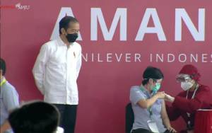 Jokowi Tinjau Vaksinasi Pekerja di Bekasi