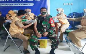 TNI, Lansia, dan PNS di Lahei Disuntik Vaksin Covid-19