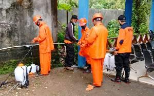 BPBD Damkar Barito Timur Semprotkan Disinfektan di Kantor SOPD Sembari Bagikan Masker