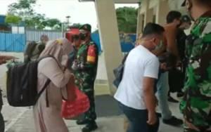 Bersama Satgas, TNI Lakukan Pengecekan Penumpang Pesawat yang Masuk Kotim