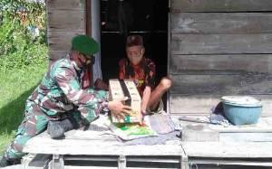 Babinsa Kelurahan Candi Beri Paket Sembako untuk Lansia Hidup Seorang Diri