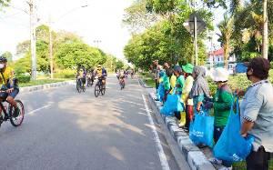 Kapolda Kalteng Bagikan Sembako dengan Bersepeda