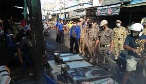 Personel Satpol PP Kapuas Lakukan Pengawasan Pasar dan Penerapan Prokes