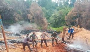 TNI-Polri Bersama Warga Padamkan Karhutla di Barito Utara