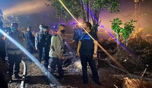 Polisi Bersama Relawan Padamkan Kebakaran Lahan di Km 18 Tjilik Riwut