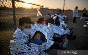 """""""Amat Bahagia"""", Pencari Suaka Honduras Gabung dengan Keluarga di Amerika"""