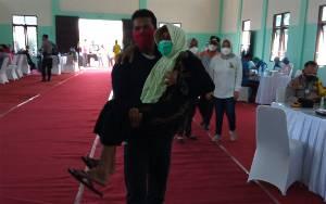 Dibopong Relawan, Lansia Antusias Ikuti Program Vaksinasi Covid-19