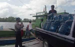 Polairud Polres Seruyan Lakukan Pengawasan Aktivitas Bongkar Muat