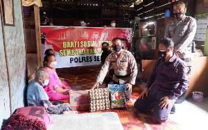 Warga Persil Raya Terima Bantuan Sembako dari Kapolres Seruyan