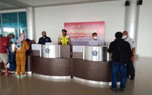 Petugas Perketat di Pos Penyekatan di Bandara Tjilik Riwut