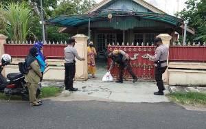 Warga Isolasi Mandiri di Kuala Pembuang Terima Bantuan Sembako dari Pemkab dan Polres