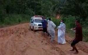 Video Ambulans Terjebak Lumpur Viral, Pembangunan Jalan Konsorsium Dipertanyakan