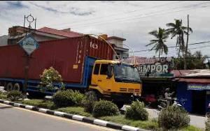 Kendaraan Angkutan Berat Masih Terlihat Melintas Dalam Kota Pangkalan Bun Meski Masuk Jam Pembatasan
