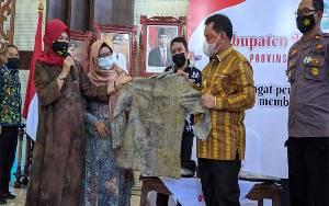 Bupati Kotim Apresiasi Baju Eco Print Buatan Gemawira