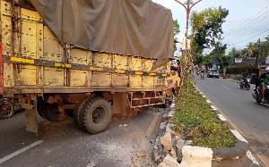 Ban Truk Lepas dan Hantam Pengguna Jalan di Tamiang Layang