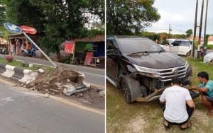 Mobil Anggota DPRD Barito Timur Terbalik Setelah Tabrak Pembatas Jalan