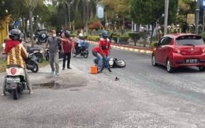 Grease Tercecer di Jalan, 2 Pengendara Motor Terjatuh