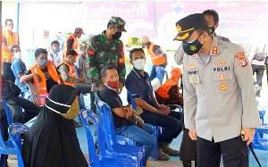 Kapolres Barito Timur Cek Gerai Vaksin dan Bagi Bahan Makanan di Desa Juru Banu