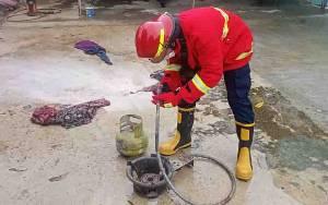 Api Muncul dari Selang Tabung Gas Gegerkan Warga, Petugas Damkar Sigap Datangi Lokasi