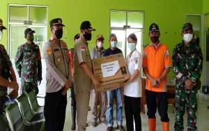 Wakil Bupati Katingan Serahkan Bantuan Obat-Oabatan di Posko Banjir Kecamatan Sanaman Mantikei