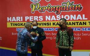 Bupati dan Ketua DPRD Seruyan Terima Pin Emas HPN