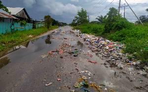 Melihat Perilaku Jorok Masyarakat di Jalan Pelita Barat, Kepala Dinas Lingkungan Hidup Kotim: Saya tak Bisa Berkata Apa-Apa