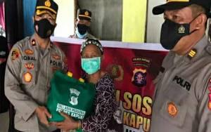 Sambangi Rumah Warga, Wakapolres Kapuas Salurkan Bantuan Sembako