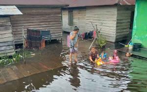 Debit Air Meningkat, Sejumlah Rumah Warga di Pinggiran Sungai Arut Mulai Kemasukan Air