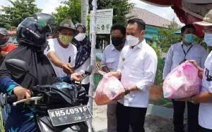 Wali Kota Palangka Raya Bagikan Sembako untuk Pelaku Usaha Terdampak Covid-19