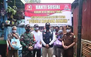 Dandim Muara Teweh dan Kajari Barito Utara Bagikan Paket Sembako kepada Korban Banjir